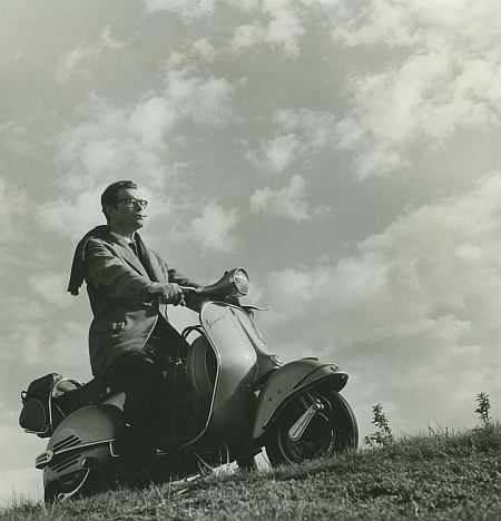Godfried Bomans op de scooter.