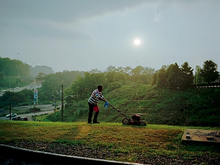 Pittsburgh, 2004, (Lawnmower Man), from the series 'a shimmer of possibility' © Paul Graham